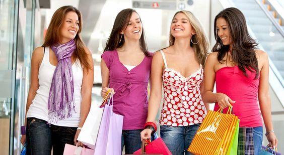 Variedad de consumidores en el pequeño comercio