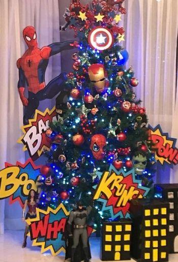 Superhéroes en el árbol de navidad