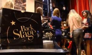 Bolsa plastificada en color negro y letras doradas