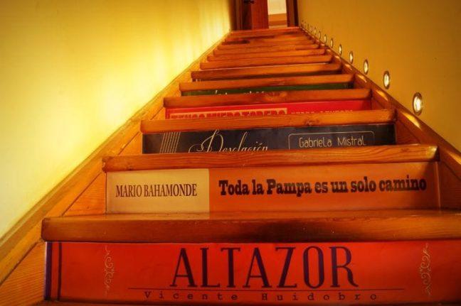 Escaleras pintadas simulando libros
