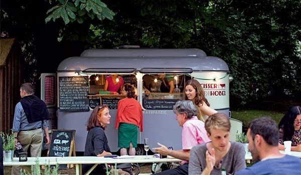 gente-disfrutando-de-comida-al-aire-libre