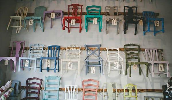 sillas-de-colores-colgantes